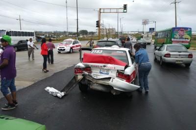 Camión refresquero provoca accidente en Coatzacoalcos