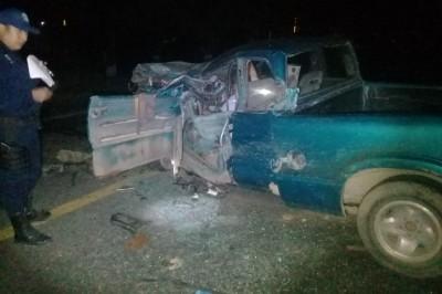 Aparatoso accidente en Tres Valles, conductor queda prensado tras chocar con un torton.