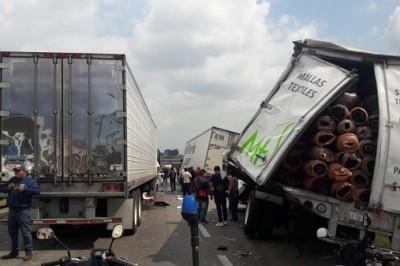 Carambola de tres tráilers y una camioneta particular en carretera Córdoba Veracruz (+Fotos)