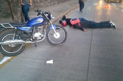 Dos jóvenes resultaron lastimados después de impactarse en una camioneta (+Fotos)