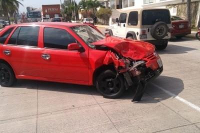 Por exceso de velocidad, choca contra camioneta afuera de plaza comercial (+Fotos)