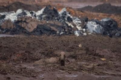 Suman 65 víctimas tras derrumbe en Minas Gerais de Brasil