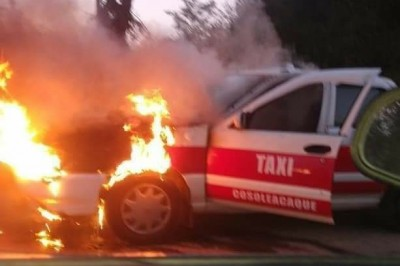 Tras corto circuito, taxi arde en llamas en la Zaragoza- Coacotla