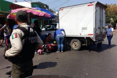 Motociclista resulta lesionado después de impactarse con camioneta de carga