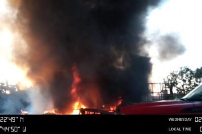 Cuerpo de bomberos de Cosamaloapan sofoca incendio en chatarrería (+FOTOS)