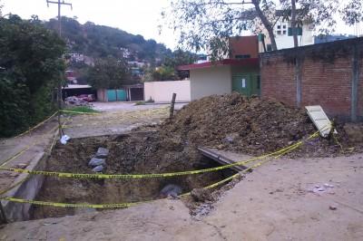 Con escombros, CAEV bloquea calle en Poza Rica