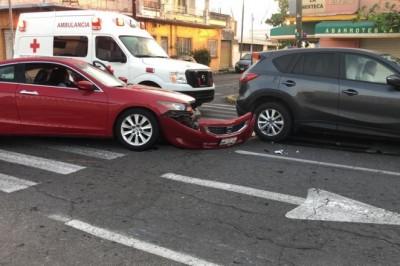 Accidente automovilistico entre dos unidades deja daños materiales