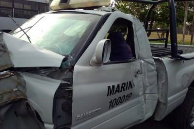 Accidente vehícular deja cuantiosos daños a unidad de la Secretaría de Marina