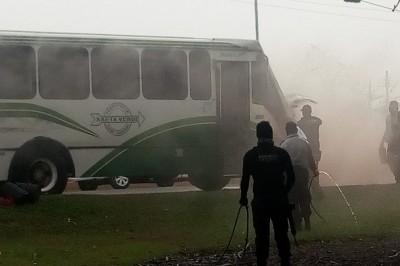 Urbano con pasajeros sufre accidente y se incendia