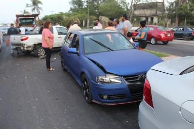Fuerte carambola deja 4 vehículos con fuertes daños materiales