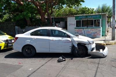 Camión urbano le pega a 2 automóviles, deja daños materiales