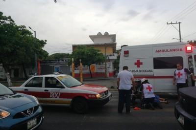 Arrolla taxista a mujer; es trasladada al hospital