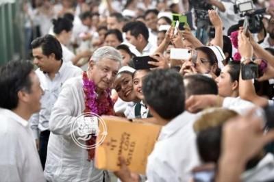 Médicos van a ganar más en Chicontepec, promete AMLO
