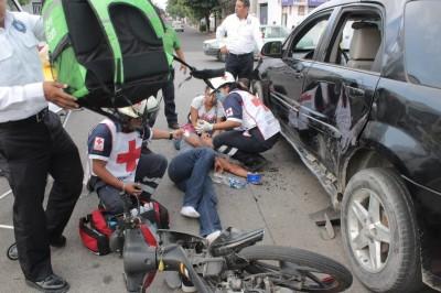 Por no respetar la preferencia vehículo particular y motociclista se impactan