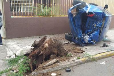 Conductor de urbano choca y vuelca auto compacto en fraccionamiento Reforma