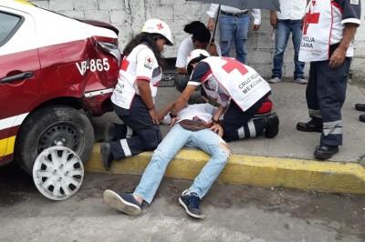 Taxista de Veracruz pierde el control de su unidad y choca