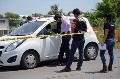 Encuentran a joven muerto dentro de un auto
