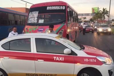 Urbanos y taxistas desatan guerra