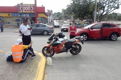 Camioneta particular impacta a motociclista en avenida Díaz Mirón (+Fotos)