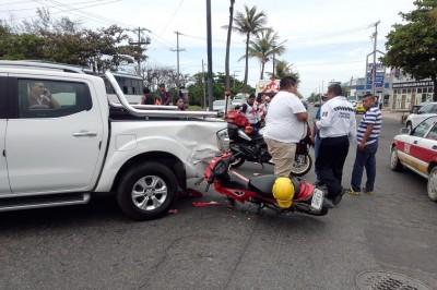 Motociclista se fractura pierna al chocar contra camioneta (+Fotos)