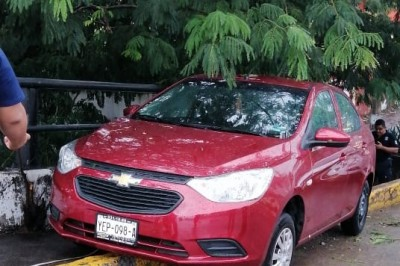 Pierde el control del volante e impacta contra banqueta en avenida Jiménez