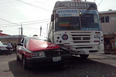 Choque entre taxista y autobús deja tres heridos (+Fotos)