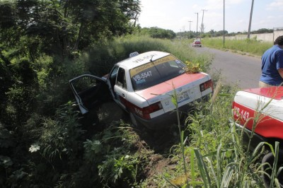 Taxi cae en zanja en carretera Veracruz-Xalapa