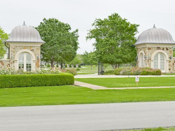 Incredibly Luxurious Mansion in Hickory Creek (30)