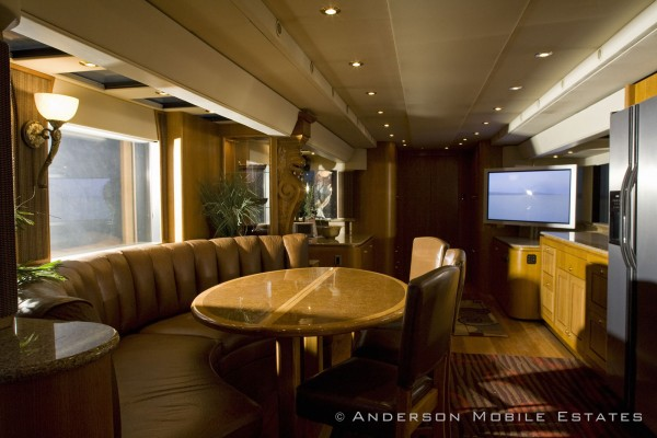Ashton Kutcher's Two and a Half Men Luxury Trailer (4)