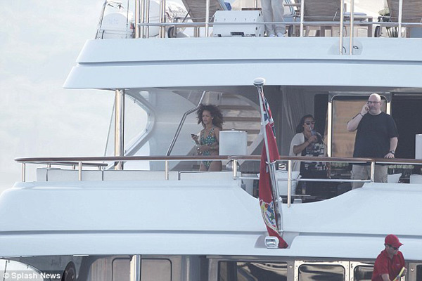 Rihanna Onboard the Luxurious Latitude Superyacht (6)