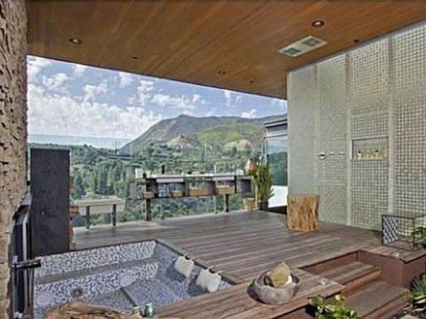 Ashton Kutcher Buys an Outstanding Hollywood Hills Mansion (10)