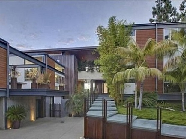 Ashton Kutcher Buys an Outstanding Hollywood Hills Mansion (3)