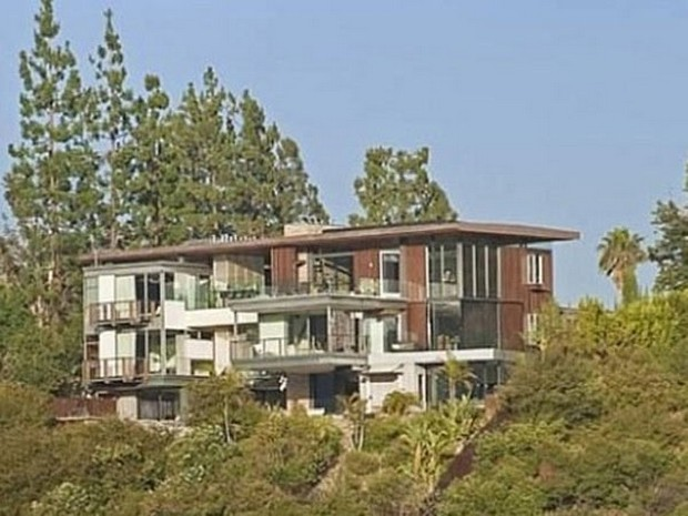 Ashton Kutcher Buys an Outstanding Hollywood Hills Mansion (4)
