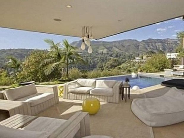 Ashton Kutcher Buys an Outstanding Hollywood Hills Mansion (7)