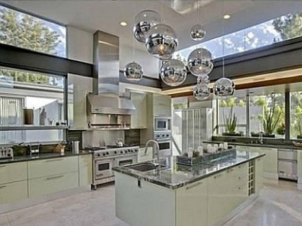 Ashton Kutcher Buys an Outstanding Hollywood Hills Mansion (8)