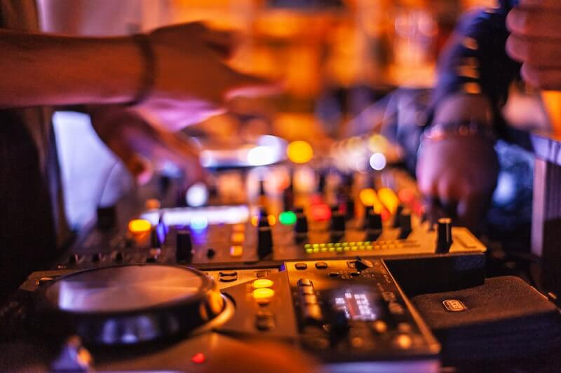 Choosing A Wedding DJ: The Right Music For The Right Moment