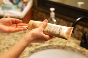 Easy application self tanning lotion