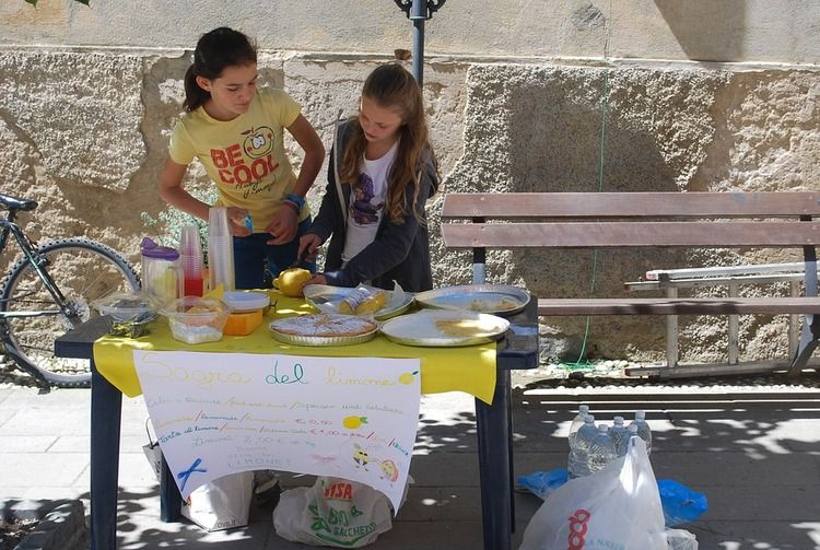 2 children selling lemonade at stand