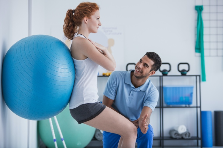 A personal trainer works with a client.