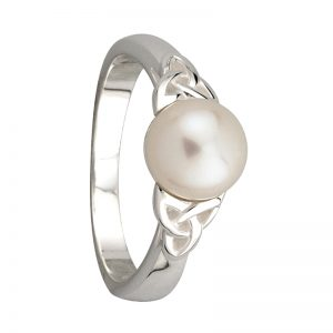 Solvar Trinity Knot Pearl Ring