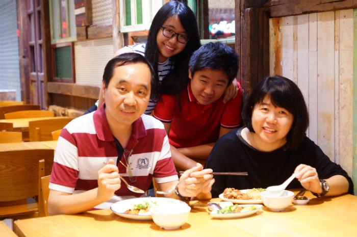 The Chua Family of Singapore food blog Ieatandeat.com