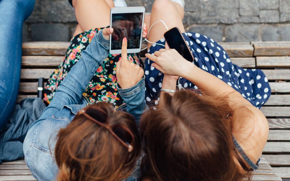 girls-on-phone