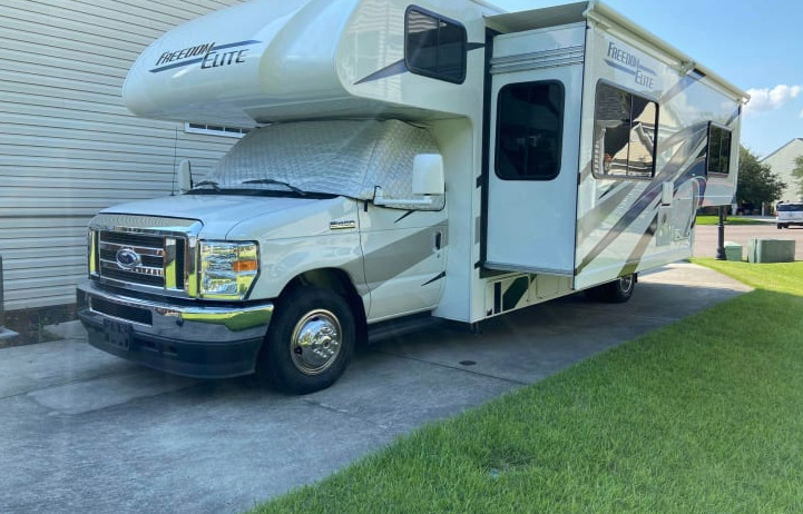 Family Fun 2021 Thor Motor Coach 27FE exterior shot