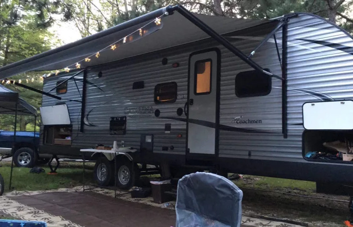 2016 Coachmen Catalina Legacy Edition exterior set up for camping