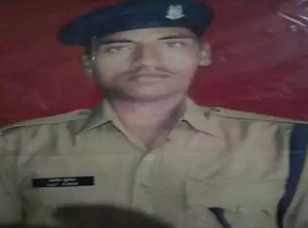 """Pulwama Attack: शहीद की बेटी कहती है-""""मुझे पापा वाली बंदूक चलानी है"""""""