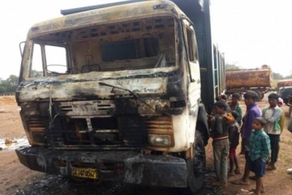 लातेहार: PLFI के नक्सलियों ने मचाया उत्पात, सड़क निर्माण में लगे वाहन को लगाई आग