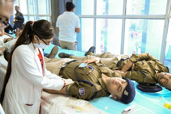 CRPF जवानों ने निभाया इंसानियत का फर्ज, देर रात अस्पताल पहुंच घायलों के लिए किया रक्तदान