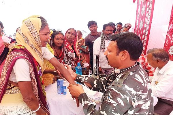 झारखंड: नक्सल प्रभावित इलाके में CRPF ने लगाया मेडिकल कैम्प, लोगों में बांटे जरूरत के सामान