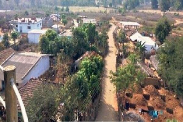 लाल आतंक के गढ़ में कैसे लिखी जा रही विकास की इबारत, पढ़ें 'सरकारी अफसरों का गांव' की कहानी…