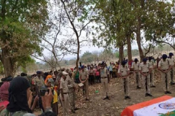 Sukma Attack: शहीद जवान लिबरु राम का शव देख निढ़ाल हुई पत्नी, भारत माता के जयकारे के साथ हुआ अंतिम संस्कार